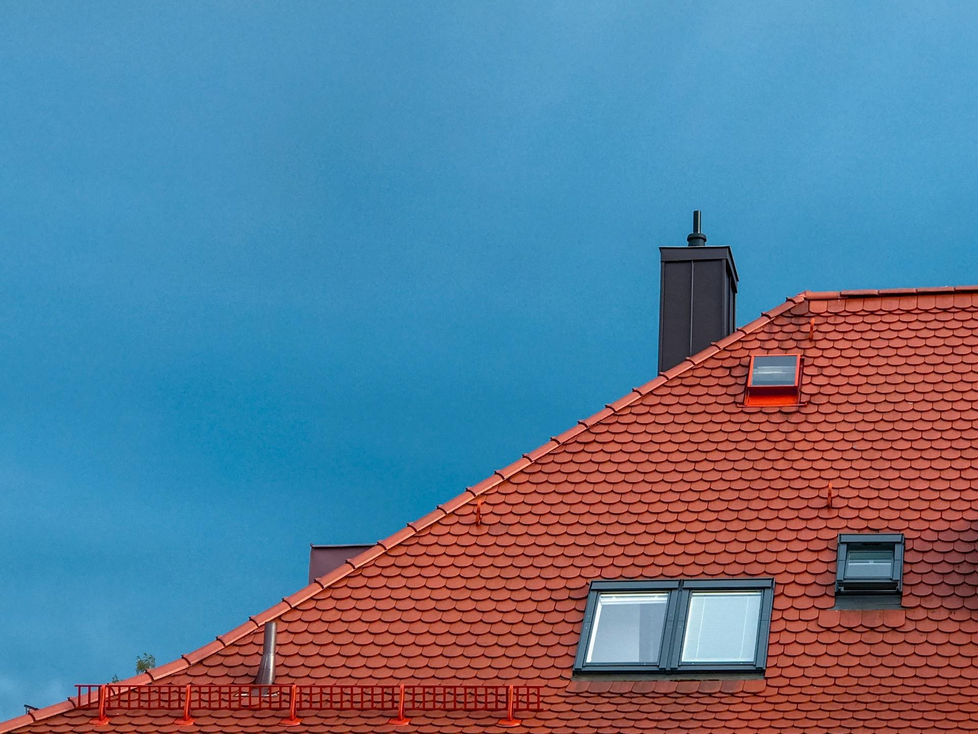 Rotes Dach und blauer Himmel